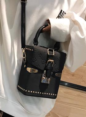2021女新款包包韩版秋冬水桶包磨砂手提包百搭单肩斜挎包小箱子包